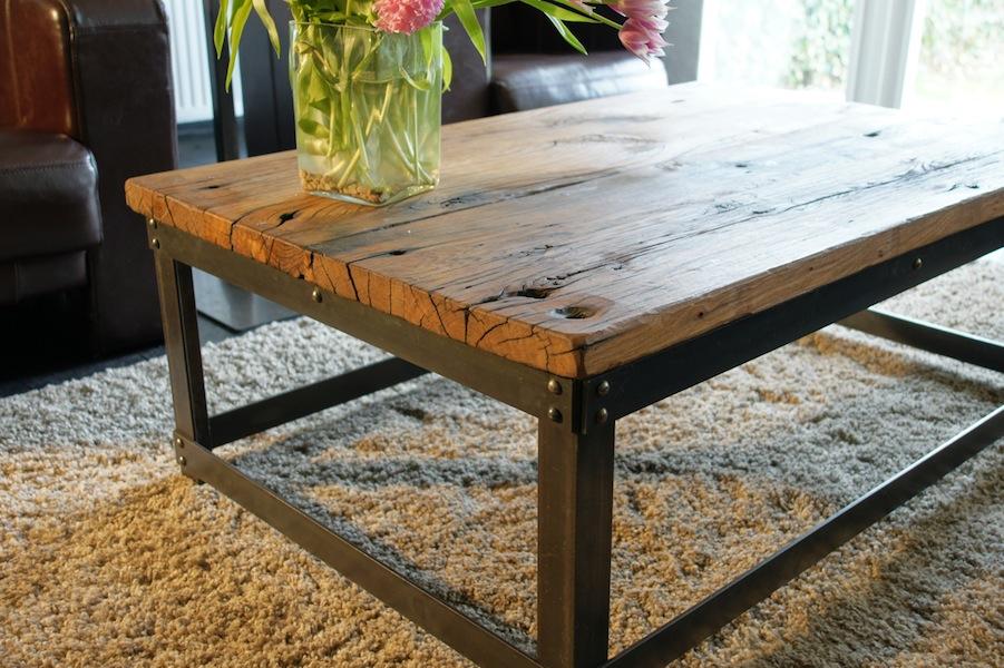 Eiken salonstafel met metalen frame voor een landelijke woonkamer of ...