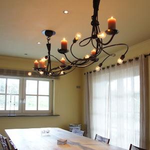 Een ambachtelijk gemaakte grote smeedijzeren hanglamp uit de Castle ...
