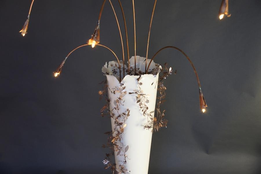 Witte staande design lamp vaas met koperen kelkbladeren