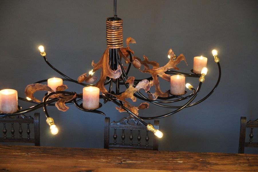 Hanglamp eettafel met kaarsen ruige lelie vormige bladeren van koper
