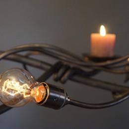 een hanglamp van smeedijzer